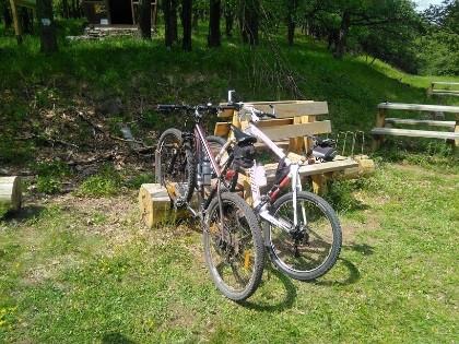 Biciklitároló Kékestetőn.
